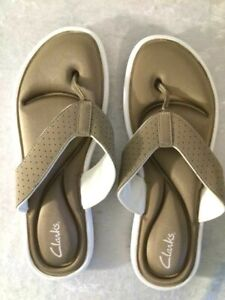 NEW Clarks Womens Flip Flop Sandals Tan & White Size 10M Synthetic No box
