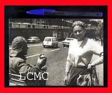 FOTOGRAFIA CRONACA NAPOLI 1975 LA GIPSY ROM E IL VENDITORE AMBULANTE DI ANFORE