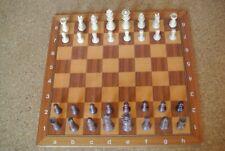 Schachbrett und Schachfiguren aus Holz