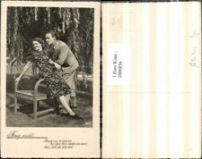 2006856,Frag nicht Spruch Text Mann m. Anzug Frau m. Kleid Stuhl Sessel Baum Wei