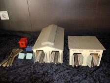 2 Lokschuppen beleuchtet H0 mit Märklin Weiche Stellpult und Zubehör antik