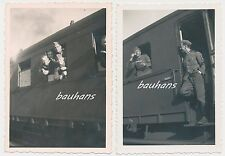 2 x Foto Eisenbahn-Transport -Soldaten mit Ärmelabzeichen Funker 2.WK ( a432)