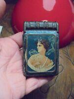 Ancienne Boite Tôle forme de Livre Fer à Pilule Bonbon Femme Déesse Art Nouveau