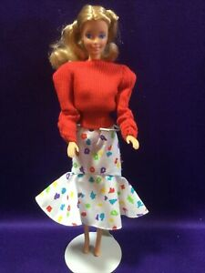 BARBIE DOLL.(#4558) WITH CLOTHES, BRIGHT AND BREEZY #4526. MATTEL 1988/89 (#119)