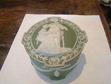 En céramique anglaise,  de Wedgwood, jolie bonbonnière à décor de deux musiciens