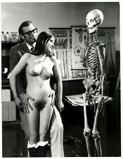 large photo man hairy naked nude girl & skeleton nu squelette foto Akt ca 1960 a