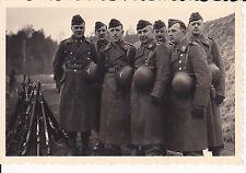 Orig. Foto Soldaten Stahlhelm umgebunden Gewehre / Scharfschießen 1942