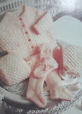 Baby's Abrigo/Chaqueta público, Leggings, Sombrero y Mitones Tejer patrón BP119