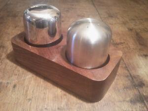 Define Salt & Pepper Set With Wood Base