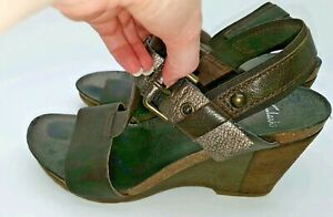 Clarks Leather T-Bar Strappy Slingback Buckled Wedged Brown Sandals Shoes 6 A469