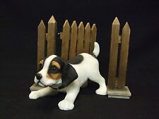 Statue de collection LEONARDO - Chiot  JACK RUSSEL devant un portillon