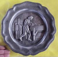 Ancienne Assiette décorative Métal le Menuisier en relief Vintage  1970