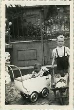 PHOTO ANCIENNE - VINTAGE SNAPSHOT - ENFANT LANDAU BROUETTE MODE DRÔLE - CHILD