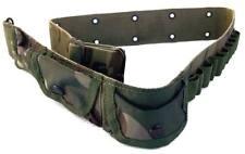 Cinturón de camuflaje woodland con bolsillos, canana y hebilla metálica