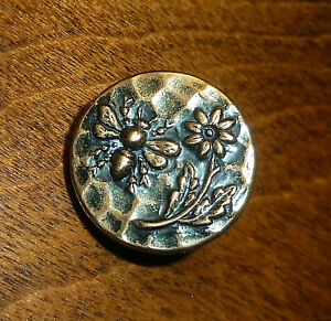 "SMALL 5/8"" BEE ON FLOWER GREEN TINT BRASS ANTIQUE BUTTON"