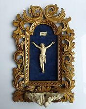 Crucifix sculpté - Cadre doré - Fin18ème - Dim 41 x 25  formant bénitier