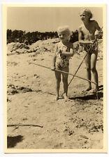 Plage bord de mer enfants canne à pêche - photo ancienne amateur an. 1940 50