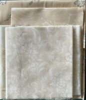 Moda, Makower, Stof Neutral Fabrics . Scrap pack. Min contents 1 metre