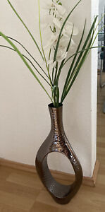 Deko-Vase, silberfarben, gehämmert, mit Kunst-Orchideen in weiß