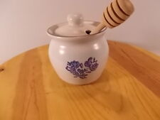 New Pfaltzgraff Yorktowne Honey Pot With Lid And Wooden Dipper Beige And Blue