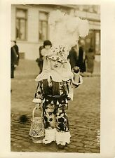 """JEUNE GILLE au CARNAVAL DE BINCHE 1932"" Photo originale G. DEVRED / Agce ROL"