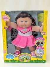 Nueva Muñeca Cabbage Patch Kid Lacey Eve en Rosa Cheerleader vestido de pelo castaño