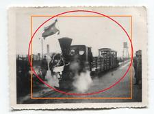 30/18  FOTO  FELDEISENBAHN Lokomotive mit Waggons