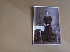 Foto AK 8K364 Junge hübsche Dame mit Buch am Tisch und Stuhl