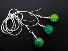 A GREEN/BLUE/YELLOW CRACKLE GLASS BEAD NECKLACE AND EARRINGS SET. NEW.