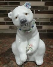 """Lladro 6355 """"Polar Bear Resting with Flowers"""" bear with flowers - CHIPS, RV$240"""