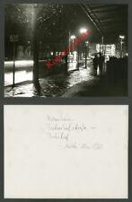 orig Foto Nachtaufnahme Bahnhof Rosenheim Autos Fußgänger Bundesbahn Bayern 1960