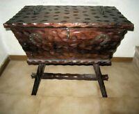 Cassapanca in legno intagliato,inserti, maniglie in ferro battuto.Italia del 900