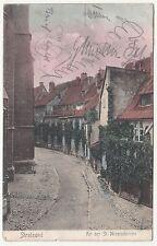 Kolorierte Ak Stralsund An der St. Nicolaikirche 1907 Straße Gasse ! (A1839