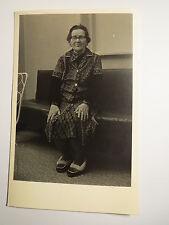 alte Frau mit Brille sitzt auf einem Sofa - Name Kinski / Foto