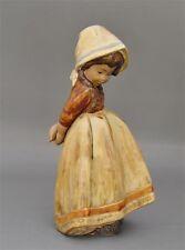 Lladro Figur Mädchen mit hinter dem Rücken verschränkten Armen