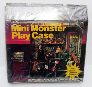 VINTAGE 1980 REMCO UNIVERSAL MINI MONSTER PLAY CASE MOSTLY SEALED FOR FIGURES