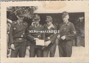 Foto, Wk2, junge Panzermänner mit Panzerkampfabzeichen (N)50192