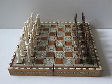 Vintage Egyptian incrusté de nacre bois Chess Set avec pieces