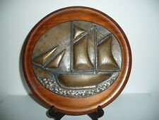 grosse plaque en bronze , demi coque de bateau / voilier , support bois