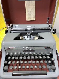 ROYAL TYPEWRITER QUIET DELUXE WORKS GREAT WITH CASE RARE DESIGN
