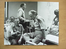 1976 FILM STILL PRESS PHOTO - RAID ON ENTEBBE - PETER FINCH & JOHN SAXON