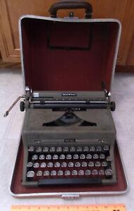 Royal Quiet Deluxe (De Luxe) Portable Manual  WORKING Typewriter Case