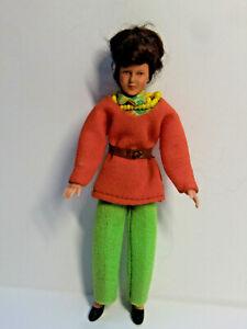 Ältere Biegepuppe von Caco  Frau in grüner Hose   14 cm   für Puppenhaus