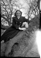 Portrait jeune femme contre tronc d'arbre -  négatif photo ancien an. 1930 40