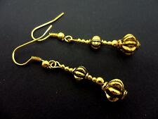 A PAIR PRETTY GOLD COLOUR DANGLY  EARRINGS. NEW.