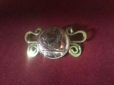 Inusual Vintage Pingin Penny Moneda Broche Con Decoración De Latón sinuosa