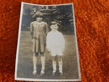 ancienne photographie noir et blanc - enfant en pose habiller en blanc