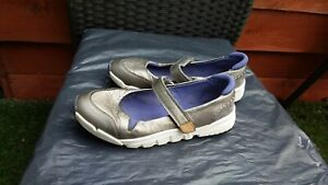 LADIES SILVER GREY LEATHER LIGHTWEIGHT FLATS BY CLARKS SIZE 3.5W.