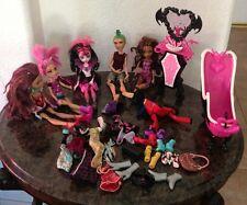 Lot of Monster High Dolls , 4 girls, 1 Boy, w Clothes, Shoes , Bathtub & Sink