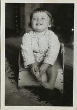 PHOTO ANCIENNE - VINTAGE SNAPSHOT - ENFANT BÉBÉ POT DE CHAMBRE CHAISE DRÔLE